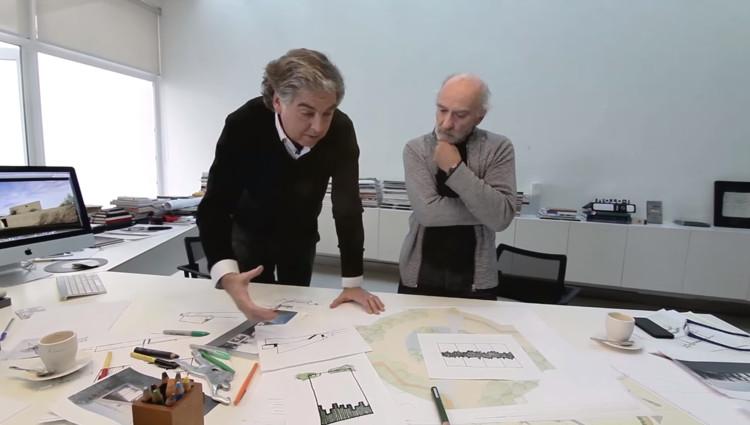 El arquitecto Gonzalo Mardones y el paisajista Juan Grimm, discutiendo el proyecto 'Viñas de Chicureo'. Image Cortesía de Indesa