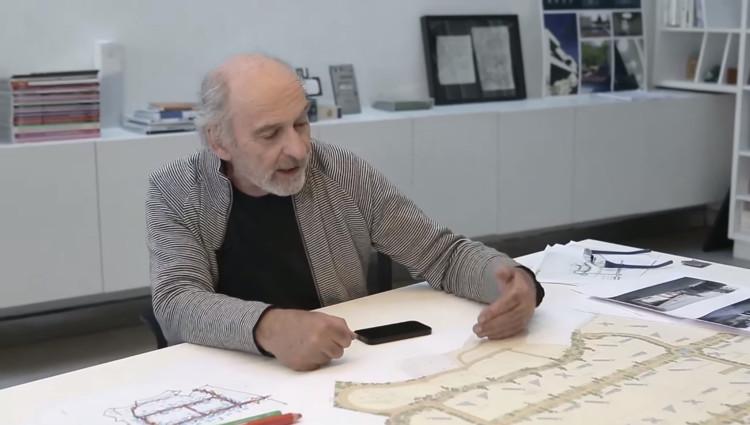 El paisajista Juan Grimm, comentando el proyecto 'Viñas de Chicureo'. Image Cortesía de Indesa