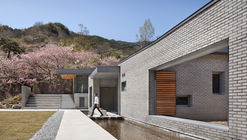 Two Courtyards House + Bridge 130 Cafe / Lee.haan.architects
