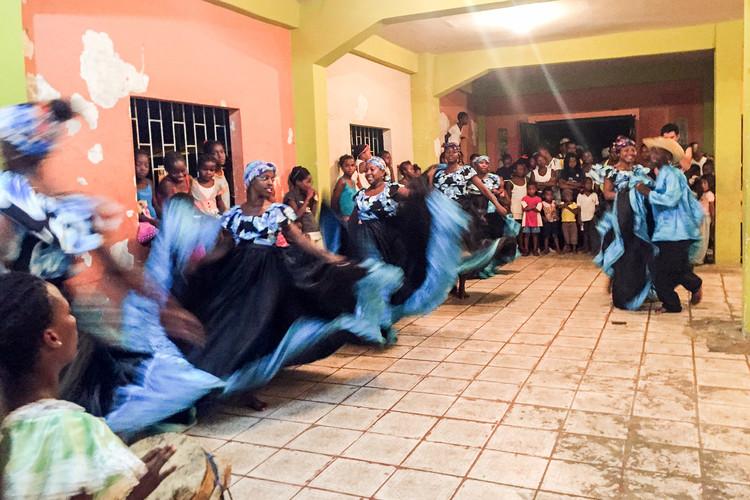 Incrustados en el manglar bailando. Image © Esteban Loza
