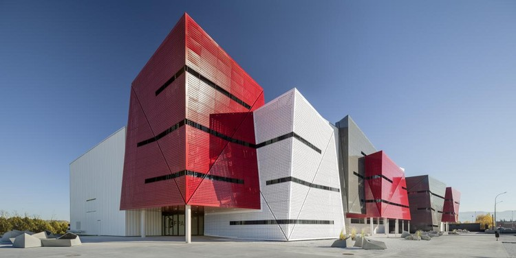 EDUCACIÓN SUPERIOR E INVESTIGACIÓN: Caas Arquitectes, CFPA - Automotive Technology Center, Barcelona, Spain. Image via World Architecture Festival