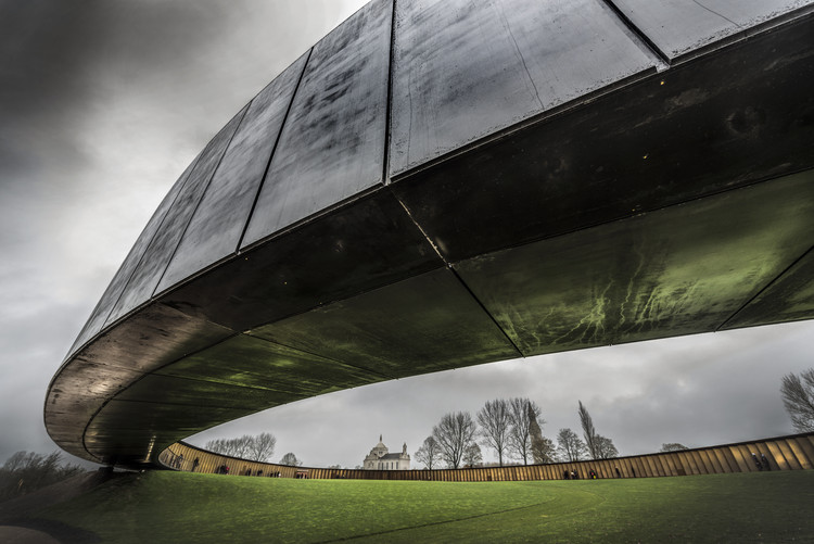Anillo de la memoria: Memorial internacional de Notre-Dame-de-Lorette / Atelier d'Architecture Philippe Pro. Image © Howard Kingsnorth