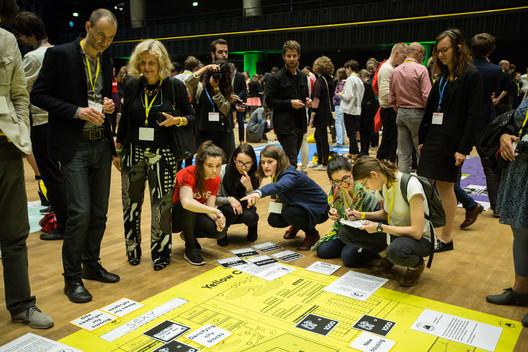 """""""Play the City"""", un interactivo juego de mesa gigante, que participó a los asistentes a la conferencia en un juego de roles como los accionistas en una ciudad imaginaria frente a una afluencia de inmigrantes. Imagen © Dorota Velek"""