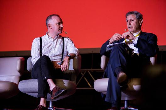 Martin Barry (izquierda) habla con Carl Weisbrod (derecha). Imagen © Dorota Velek