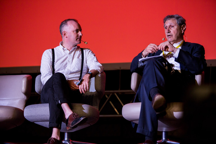 Martin Barry (left) speaks to Carl Weisbrod (right). Image © Dorota Velek