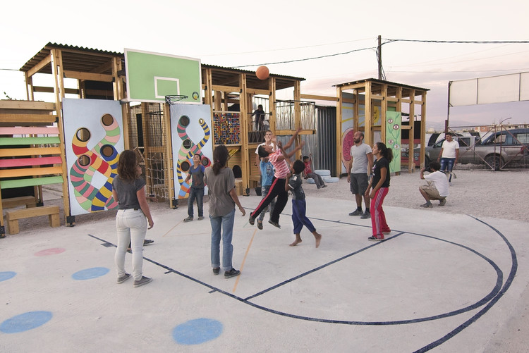 Un parque infantil diseñado y construido por la Catalytic Action en Bar Elias, Líbano. Imagen cortesía de Catalytic Action