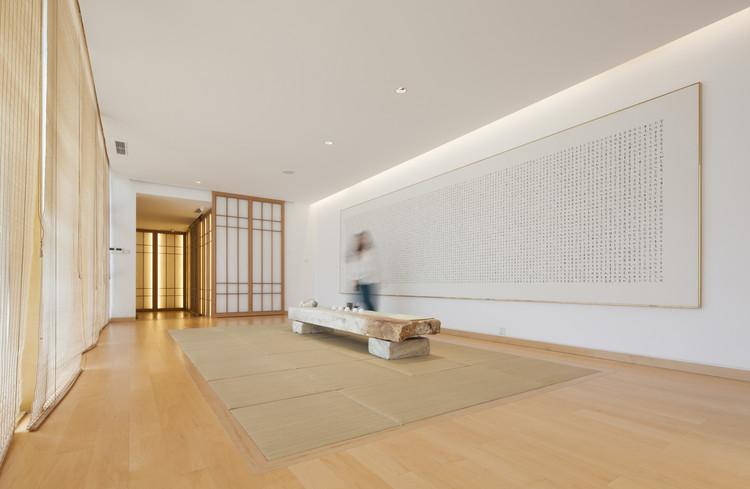 La gran casa de té en el segundo piso, un espacio luminoso con vistas al patio. Imagen © Zou Bin