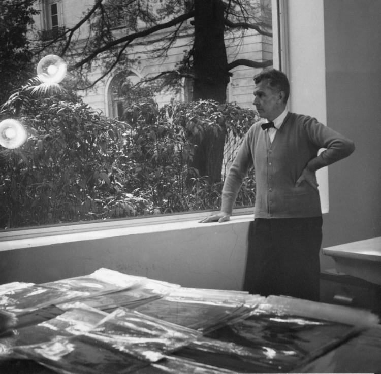 Amancio Williams en su estudio en Belgrano. Image © Archivo Williams - Director Claudio Williams