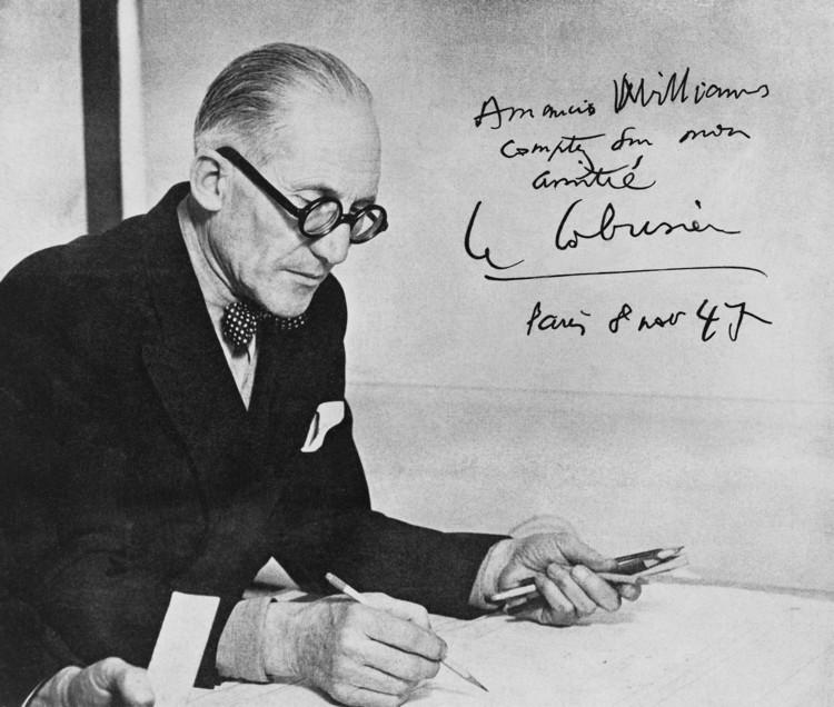 Fotografía de Le Corbusier dedicada a Amancio Williams en su visita a parís en 1947. Image © Archivo Williams - Director Claudio Williams