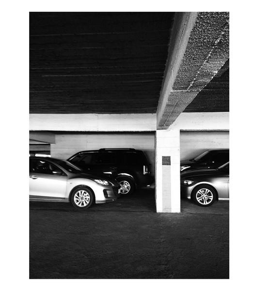 """Fotografía interior del octavo piso del edificio de estacionamientos """"Carrillón"""" (1981). Registro del autor"""
