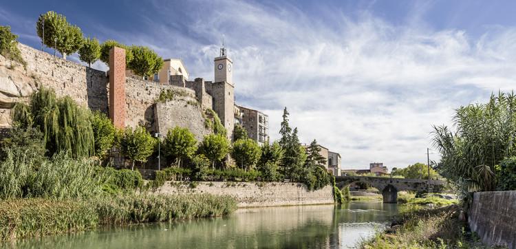 © Adrià Goula. ImageNuevo Acceso al Centro Histórico de Gironella / Carles Enrich Giménez