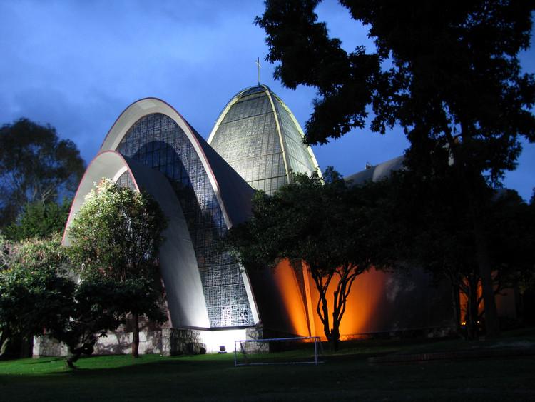 Capilla de los Santos Apóstoles del Gimnasio Moderno / Juvenal Moya Cadena. Image © Patton [Flickr], bajo licencia CC BY-SA 2.0