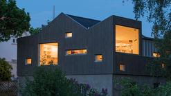 Transformación de un viejo garaje en una biblioteca / NOMA Architects
