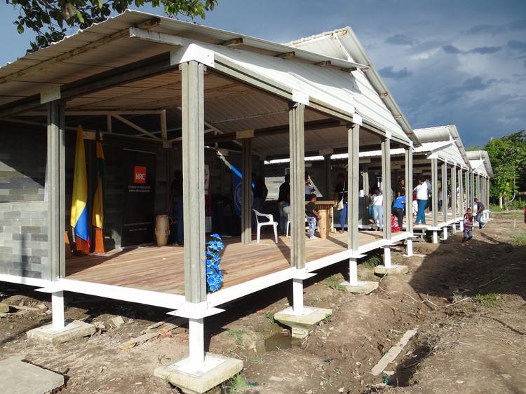 Albergue temporal en Guapi (Colombia) para 42 familias desplazadas por el conflicto armado. Image Cortesía de Conceptos Plásticos