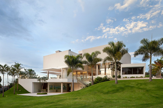 Material Focus: House in Lago Sul Qi 25 by Sérgio Parada Arquitetos Associados