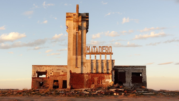 Matadero de Epecuén. Image vía © Wikipedia User: Mauricio V. Genta Licensed under CC BY-SA 4.0