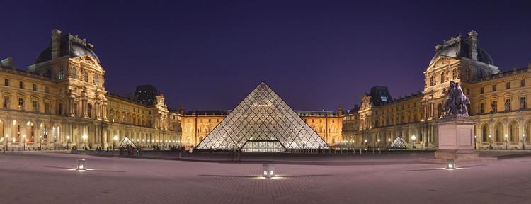 Pirêmide do Louvre à noite, por Benh LIEU SONG. Imagem via 99% Invisible