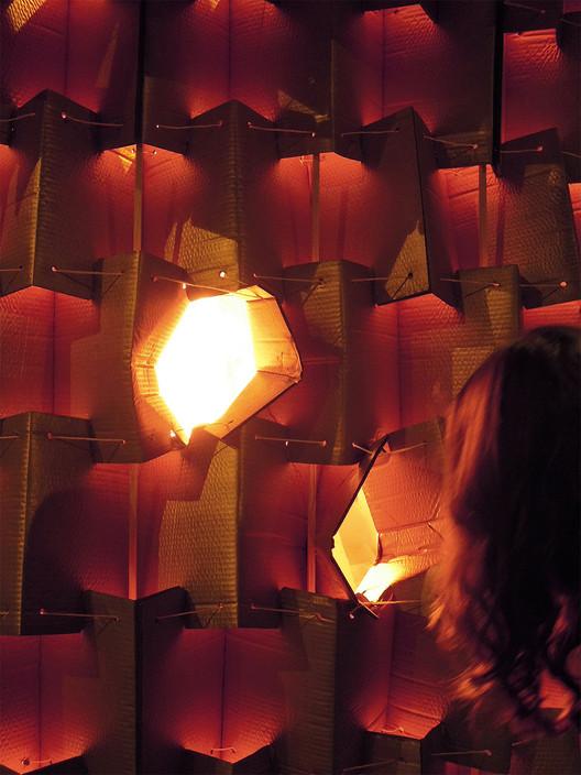 En ese momento, los sueños depositados por los transeúntes iluminan la cabeza desde el interior, transformándola en una suerte de lámpara.. Image ©  Nituniyo