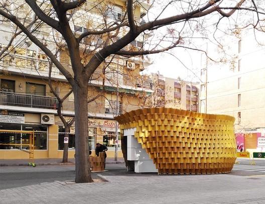 Imagen exterior. El objeto como pieza urbana que transforma durante las fiestas la percepción habitual del espacio público.