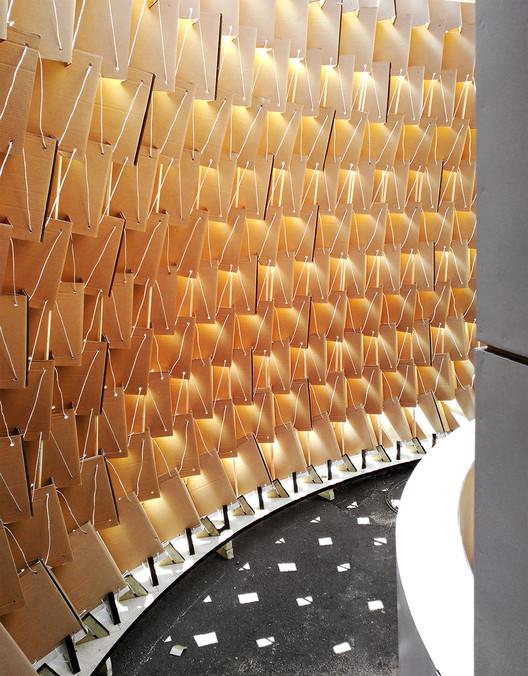 Imagen interior. El entramado de cartón genera una suerte de celosía, como si de un tejido se tratase, que permite el paso de aire y luz a su través.. Image ©  Nituniyo