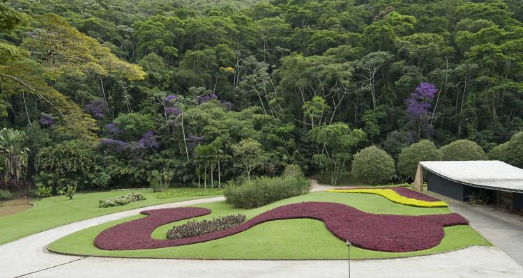El diseñador ha colaborado a menudo en proyectos con íconos modernistas como Oscar Niemeyer, como en el Cavanellas (ahora Gilberto Strunk) residencia en Petrópolis, Brasil. La agraciada villa de baja altura de Niemeyer se ve reforzada por exuberantes y variadas plantaciones policromáticas de Burle Marx. Imagen © Malcolm Ragget