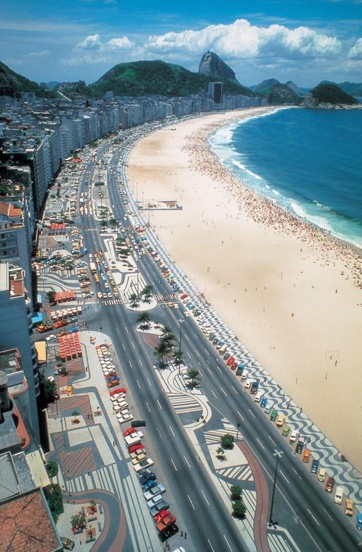 El proyecto más famoso de Burle Marx es el paseo en la playa de Copacabana, donde los patrones de pavimento se extienden por dos millas y media a lo largo de la avenida Atlántica en Río de Janeiro. Imagen © Burle Marx & Cia. Ltda., Río de Janeiro. Reproducido con permiso. Todos los derechos reservados
