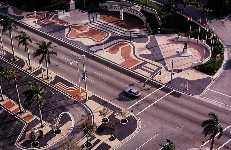 La más famosa comisión completada por Burle Marx en los EE.UU. el enorme, Biscayne Boulevard con mosaicos incrustado en Miami (1988-2004). Imagen © Burle Marx & Cia. Ltda., Río de Janeiro. Reproducido con permiso. Todos los derechos reservados