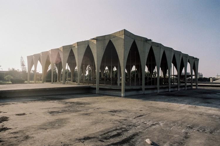 Fotógrafo registra la arquitectura inacabada de Niemeyer en El Líbano, Teatro abierto. Image © Anthony Saroufim