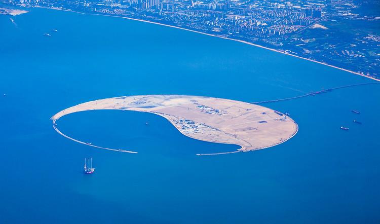 Foster + Partners, Morphosis, UNStudio entre los participantes para el diseño de una eco-isla en China, La isla artificial de 250 hectáreas ya se ha formado en la Bahía de Haikou. Imagen © GAO Wenzhonglow