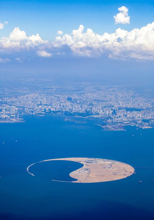La isla, con su puerto de cruceros. Imagen © GAO Wenzhonglow