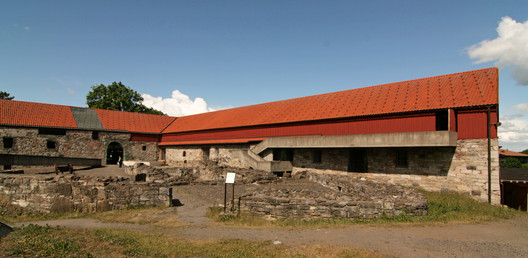 Hedmark Museum. Image via <a href='https://commons.wikimedia.org/wiki/File:Bishop_castle_Hamar.jpg'>Wikimedia user Jensens</a> (public domain)