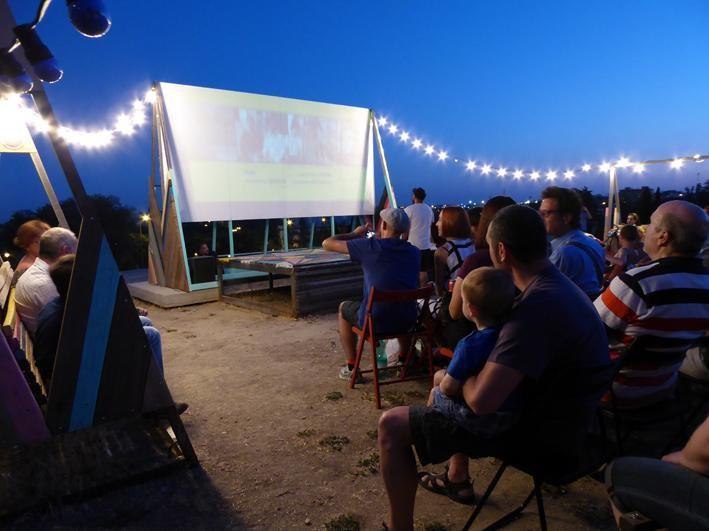 Cine de verano de barrio . Image vía @todoporlapraxis [Twitter]