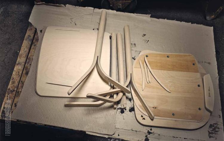 Materiales: Muebles en Madera Curvada, Componentes de las silla Split tapizada, listos para su armado. Image Cortesía de Thonet