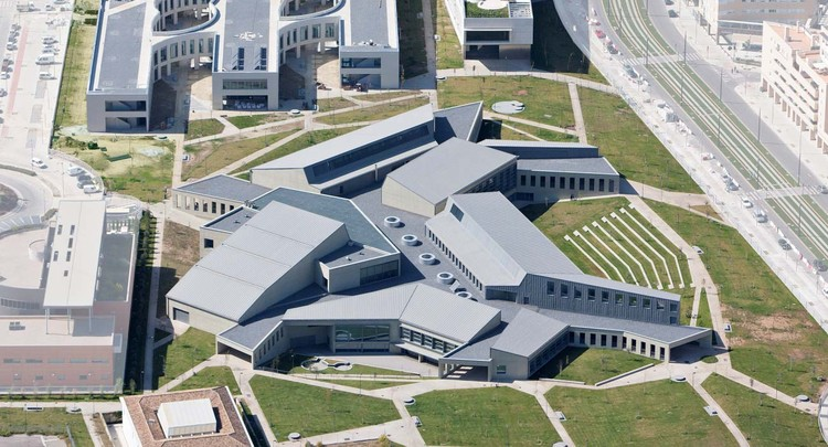 Edificio Servicios Generales Campus Ciencias Salud  / Cruz y Ortiz Arquitectos, © Duccio Malagamba