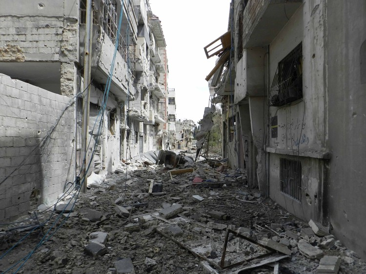 A destruição de Homs, Síria. Imagem © <a href='https://commons.wikimedia.org/wiki/File:Destruction_in_Homs_(4).jpg'>Wikimedia Commons user Bo Yaser</a> licensed under <a href='https://creativecommons.org/licenses/by-sa/3.0/deed.en'>CC BY-SA 3.0</a>