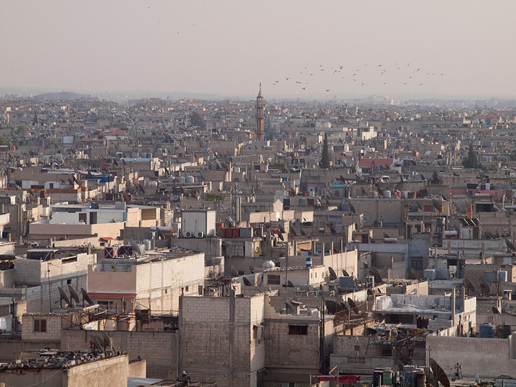 Vista de Homs em 2010. Imagem © <a href='https://www.flickr.com/photos/zz77/5246616267'>Flickr user zz77</a> licensed under <a href='https://creativecommons.org/licenses/by-nc-nd/2.0/'>CC BY-NC-ND 2.0</a>