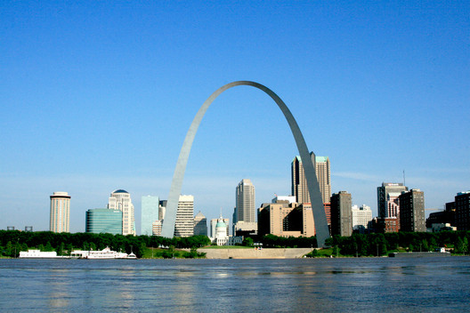 St Louis Gateway Arch. Image © <a href='https://www.flickr.com/photos/jeffnps/5263761913'>Flickr user jeffnps</a> licensed under <a href='https://creativecommons.org/licenses/by/2.0/'>CC BY 2.0</a>