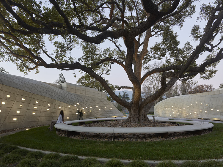 Kaplan Family Pavilion at City of Hope /  Belzberg Architects, ©  Bruce Damonte