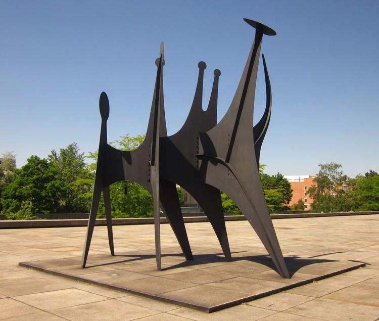 Alexander Calder. Têtes et Queue, 1965. Por Beek100 (trabajo propio) [CC BY-SA 3.0]. Image © Wikimedia Commons