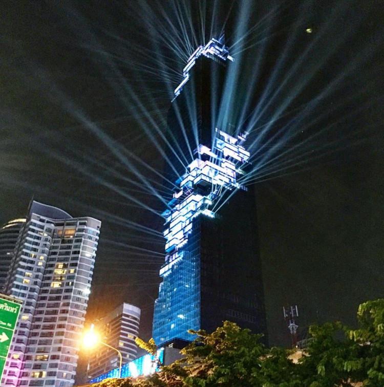 El edificio más alto de Tailandia, diseñado por Büro Ole Scheeren, abre con un espectáculo de luz