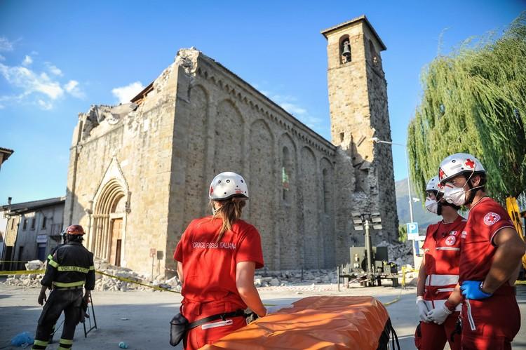 Renzo Piano asesora en plan de reconstrucción tras devastador terremoto en Italia, Rescatistas de la Cruz Roja italiana interviniendo en zonas afectadas por el terremoto. Image © IFRC [Flickr], bajo licencia CC BY-NC-ND 2.0