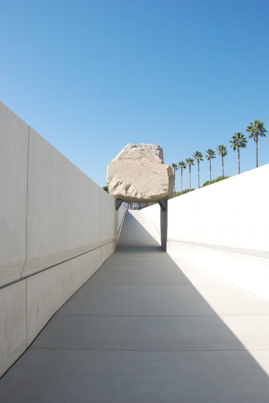 Michael Heizer. Levitated Mass, 2012. Image © Usuario Flickr: collectmoments bajo licencia [CC BY-ND 2.0]