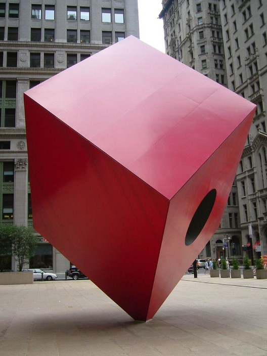 Isamu Noguchi. Red Cube,1968. Por Rob Young [CC BY 2.0]. Image vía Wikimedia Commons