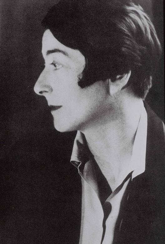 Eileen Gray, la historia detrás de la arquitecta, Autor desconocido [Dominio público]. Image vía Wikimedia Commons
