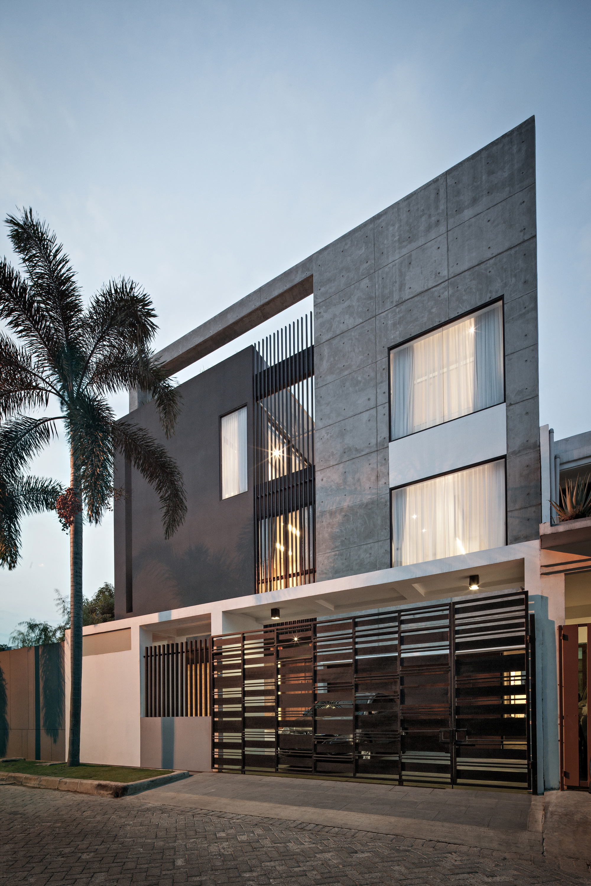 Gallery of s i house dp hs architects 7 for Building main door designs