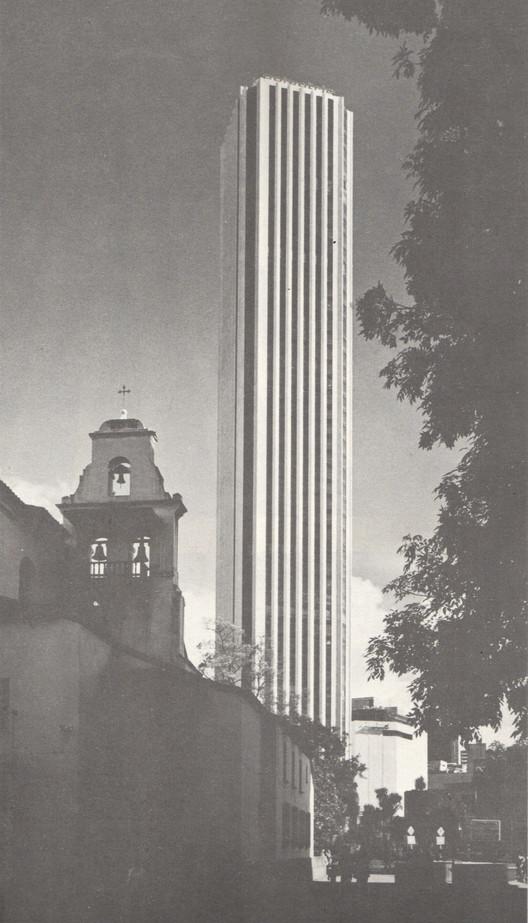 """Clásicos de arquitectura: Torre Colpatria / Obregón y Valenzuela & Cía. Ltda. , © Germán Téllez. """"Anuario de Arquitectura en Colombia Vol. 7"""""""
