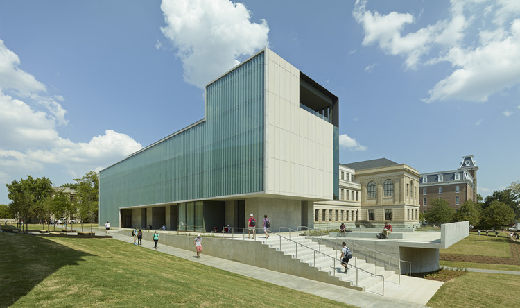 Vol Walker Hall & the Steven L Anderson Design Center / Marlon Blackwell Architect. Image © Timothy Hursley