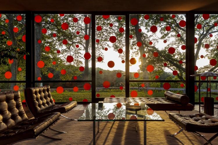 'Obsesión de Puntos': la instalación de Yayoi Kusama en la Casa de Cristal de Philip Johnson, © Matthew Placek