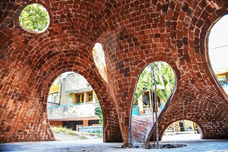 Jóvenes arquitectos diseñan y construyen la primera estructura de ladrillo de forma libre de Irán, Cortesía de ADAPt