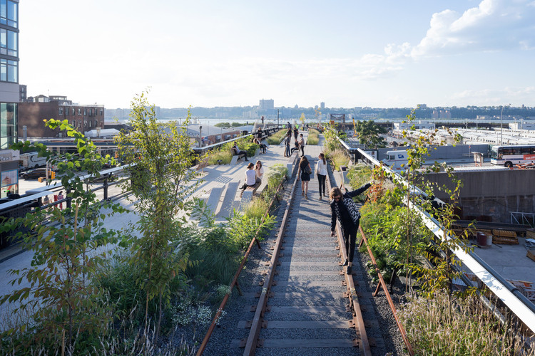 Why Current Sustainability Metrics Are Short-Changing Non-Western Cities, The High Line in New York, by James Corner Field Operations with Diller Scofidio + Renfro. Amenities such as greenways are good for sustainability on a local level, but they have negative effects on a wider level that most cities fail to measure. Image © Iwan Baan, 2014 (Section 3)
